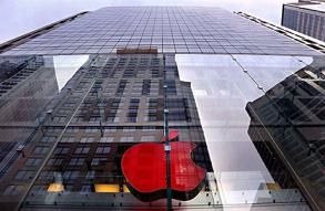 Тирания Apple. На фабрике компании работают без паспортов и выходных