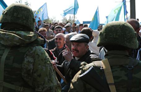 В Армянске крымские татары добиваются пропуска экс-лидера Меджлиса крымско-татарского народа М.Джемилева на территорию Крыма.