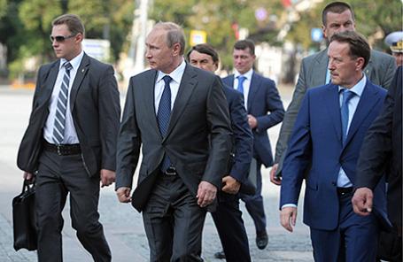 Президент России Владимир Путин (второй слева) и временно исполняющий обязанности губернатора Воронежской области Алексей Гордеев (справа) в аэропорту Воронеж.