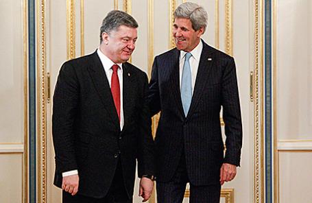 Президент Украины Петр Порошенко и госсекретарь США Джон Керри (слева направо).