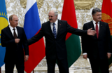 Хороший знак без оптимизма. Политологи оценили первую встречу Путина и Порошенко