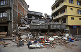 «Здесь рушатся здания, падают отели». В Непале произошло мощное землетрясение