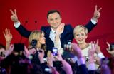 На президентских выборах в Польше побеждает «тефлоновый кандидат»